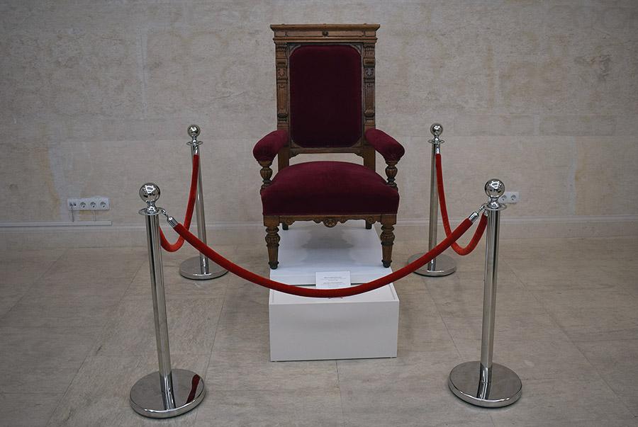 Изложба Арх. Адолф Колар - първият главен архитект на София - музей на София - княжеският стол в чакалнята на Централна гара